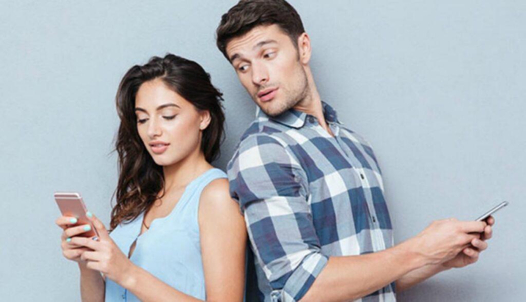 celos revisar el celular de tu pareja marido esposo trending magazine revista comprotamiento humano